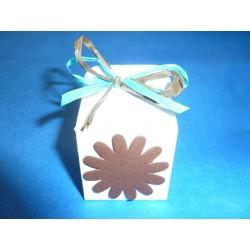 Cube en carton blanc
