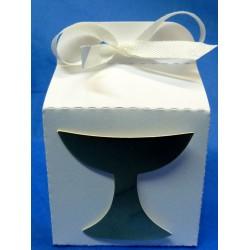 cube en carton blanc avec calice